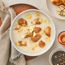 123꿀 간장으로 맛을 낸 닭다리살 구이와 풍미 가득 마늘의 만남